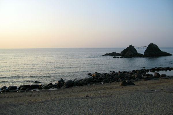 夫婦岩の間に沈む夕日